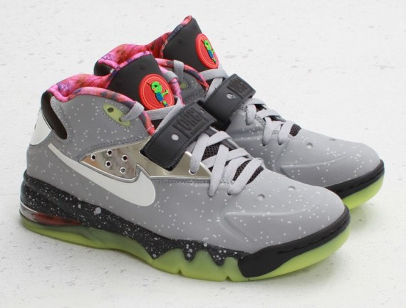 nike-air-force-max-2013-area-72-arriving-at-retailers-01-570x433